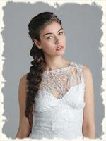 длинная полу распущенная коса прекрасно смотрится на этой невесте