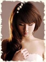 распущенные волосы на брюнетке с небольшими цветочками