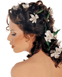 живые и шелковые цветы всегда очень красиво смотрятся в темных волосах