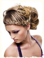 вариант когда волосы уложены в виде косы смотрится очень эффектно и красиво