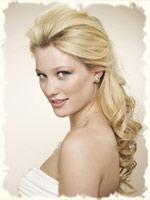 невеста блондинка с полу распущенными свободными локонами
