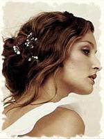 брюнетка с небрежно собранными волосами с использованием заколок