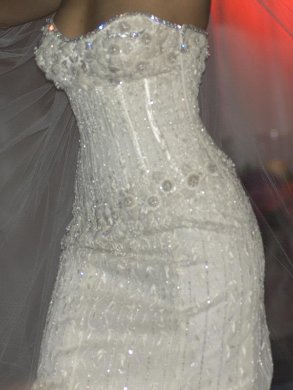 очаровательный вариант свадебного платья украшенного бриллиантами