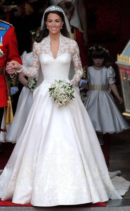 платье на этой принцессе выглядит великолепно и стоит очень много