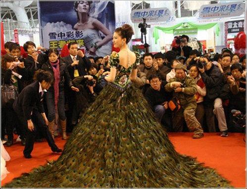 фото не традиционного белого платья, а гламурного с перьями павлина