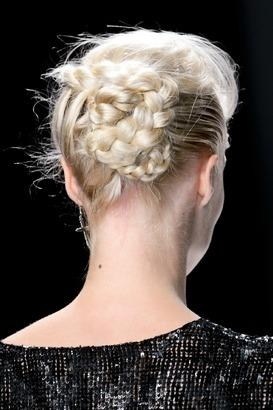 коса заплетенная в пучек - один из вариантов прически этого года