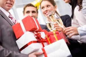 Какие подарки можно подарить женщине коллеге по любому поводу?